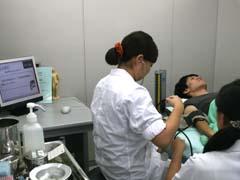 血圧測定試験中の学生